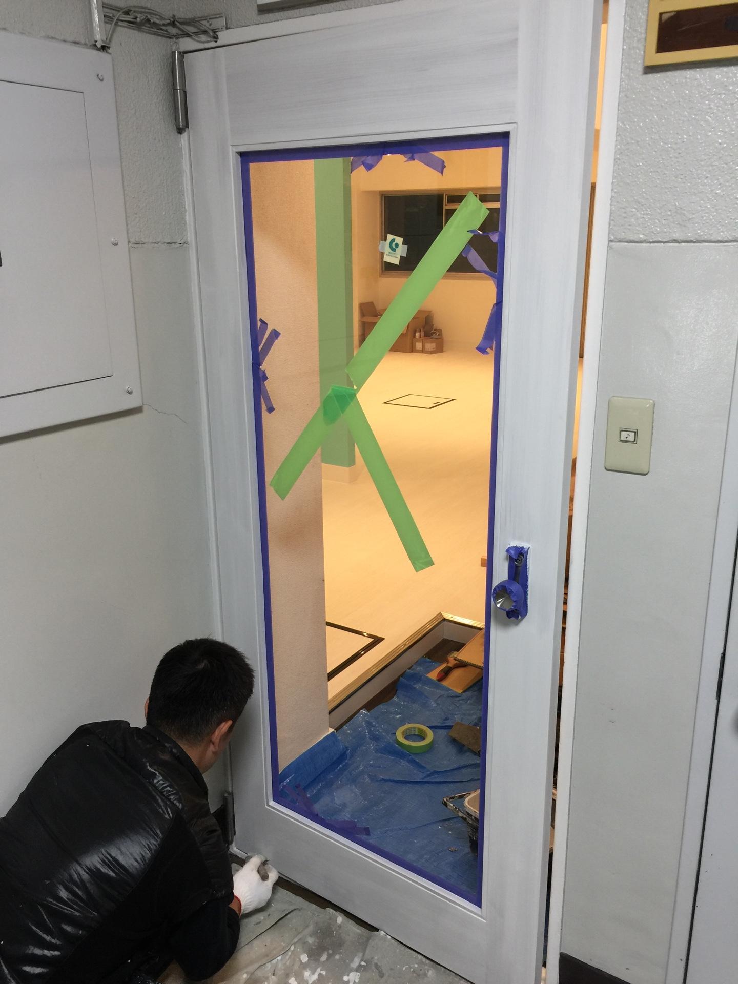 入口の塗装
